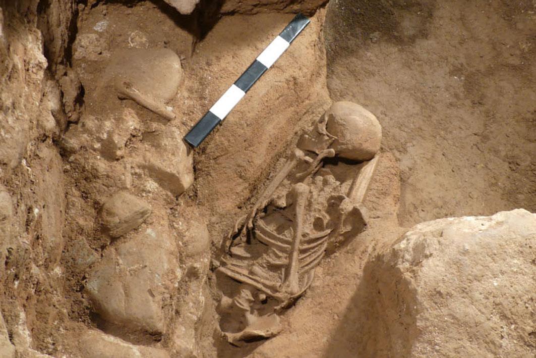 VII Cicle de conferències d'actualitat arqueològica a les comarques gironines - Els enterraments islàmics localitzats a la necròpolis alt medieval del riu Galligants (Girona, Gironès).