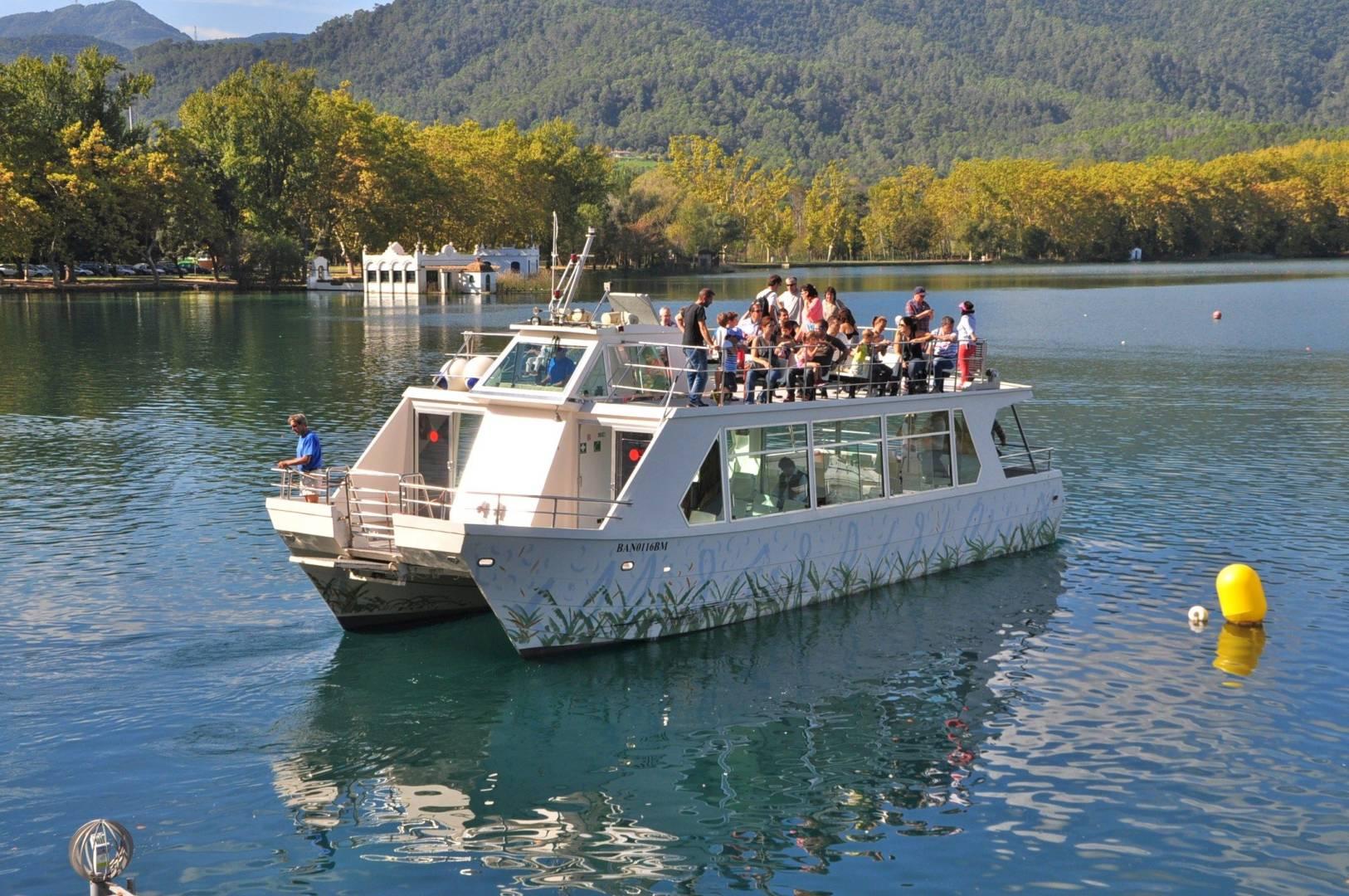 Fem la volta a l'estany amb barca i juguem en família!